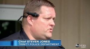 アメリカの警官、ボディカメラ搭載でミスリード対策